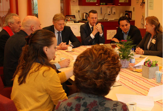Martin van Rijn en Jeroen Fritz in gesprek met medewerkers