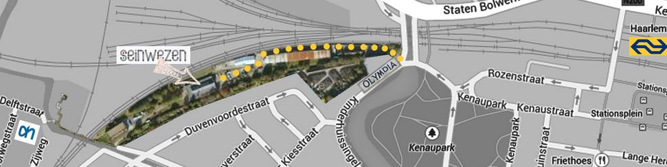 Seinwezen ligt enigszins verstopt tussen het spoor en de Duvenvoordestraat. Ga het terrein op bij het viaduct.